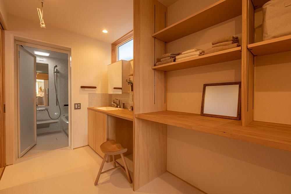 洗面脱衣室と浴室