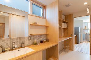 家事動線を考えた一直線の配置の洗面室